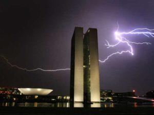 RAIOS3 BSB DF – TEMPESTADE DE RAIOS/BRASILIA – 06/03/2009 – NACIONAL - Tempestade de raios na Esplanada dos Ministérios, em Brasília. Raio cai no prédio do Congresso Nacional, após uma forte chuva no centro da capital. FOTO: DIDA SAMPAIO/AE